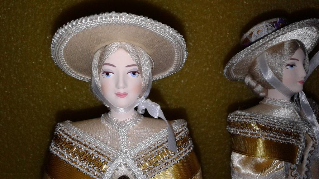 Кукла сувенирная фарфоровая. Светская дама в прогулочном костюме.