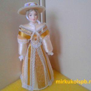 Светская дама в прогулочном костюме. Конец 18-го – начало 19 века. Фарфоровая кукла сувенирная.